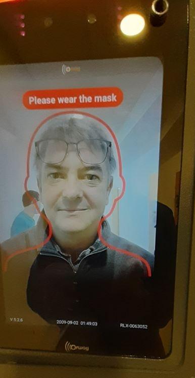 GO - Um Zutritt gewährt zu bekommen muss man sich bei diesem Gerät die Hände desinfizieren, gleichzeitig wird mit der eingebauten Kamera kontrolliert ob eine Maske getragen wird.