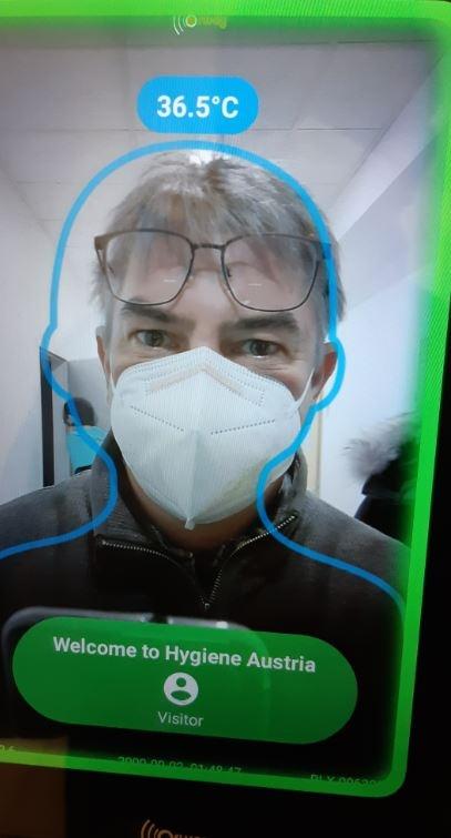 GP - Um Zutritt gewährt zu bekommen muss man sich bei diesem Gerät die Hände desinfizieren, gleichzeitig wird mit der eingebauten Kamera kontrolliert ob eine Maske getragen wird.