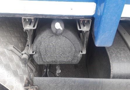 Zusätzlicher Wassertank an der Außenseite eines LKW zum Händewaschen