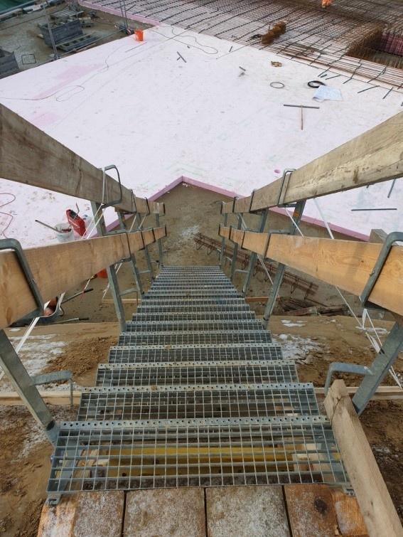 Baugrubenzugang mit Treppenturm
