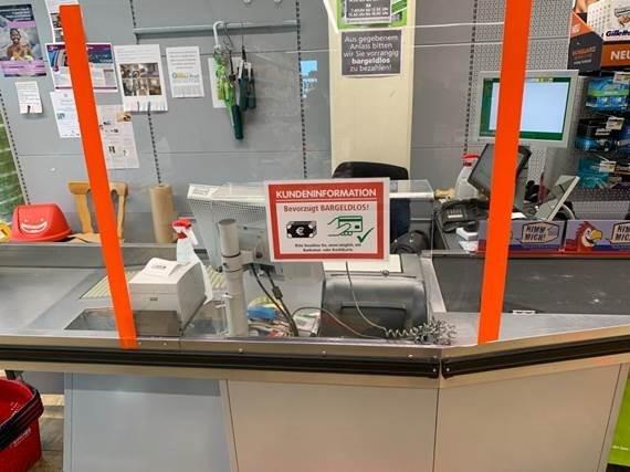 Bild zeigt Plexiglasscheibe in einem Kassenbereich