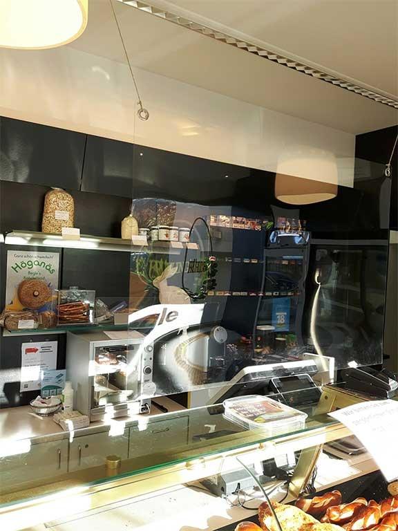 Großzügige Glasabtrennung zwischen Personal und Kunden