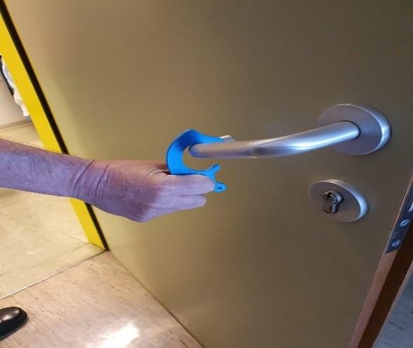 Kontaktloses Türöffnen mittels Plastikhakens