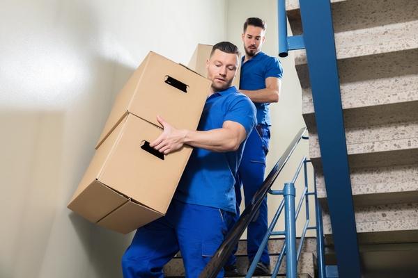Transportarbeiten über eine Treppe
