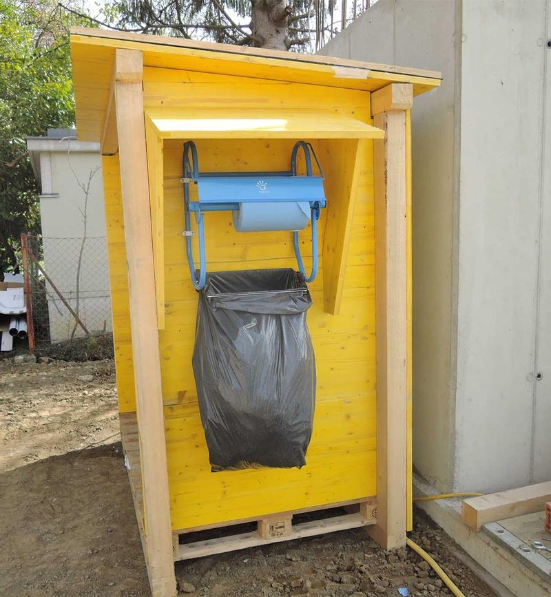 Handwaschbecken und Papiertücher auf Baustellen